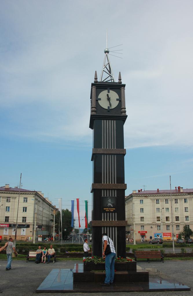 Cтела с часами и изображением Юрия Гагарина, прозванная горожанами «Биг Бен»