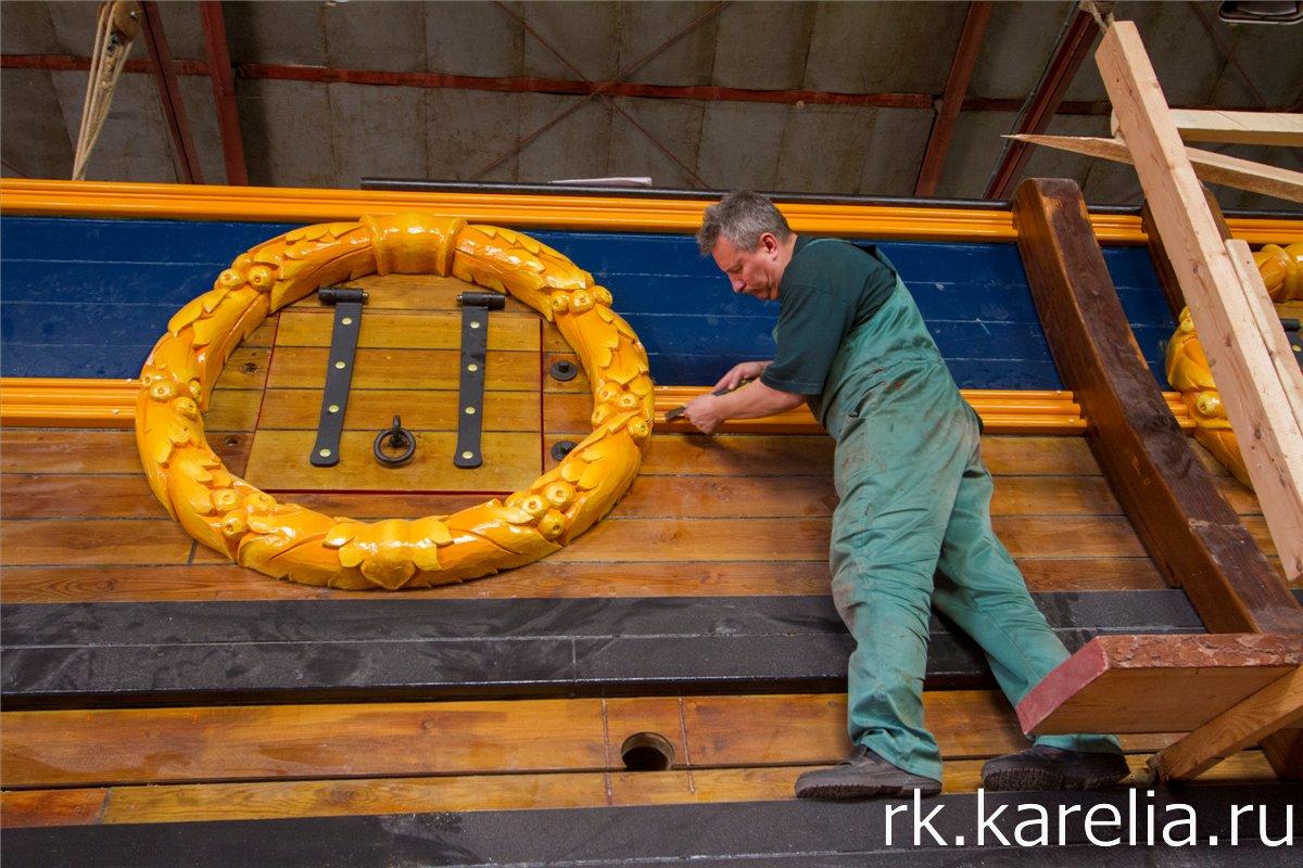 Декор орудийных портов  представляет  собой искусно вырезанный из дерева лавровый венок. Фото: Виталий Голубев