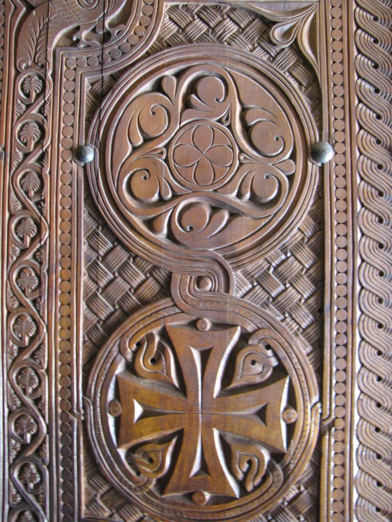 Традиционная резьба на двери церкви