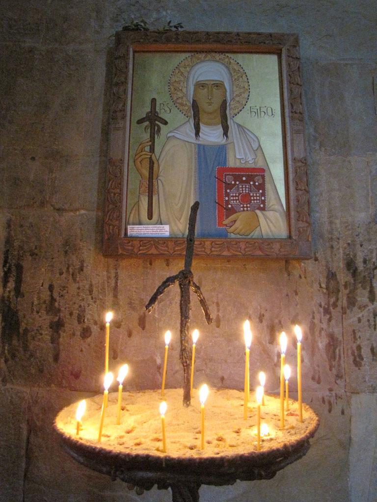 Святая Нино с крестом из виноградной лозы
