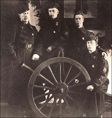 Участники рейда на Кимасозеро, бойцы военшколы: Е. Карьялайнен, С.Суси, Ю.Хейкконен, Т. Антикайнен, Петроград, 1922 год (Из фонда КГКМ).