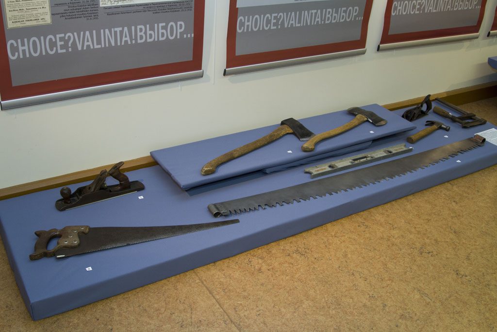 Судя по привезенным с собой инструментам, люди приехали в Карелию трудиться