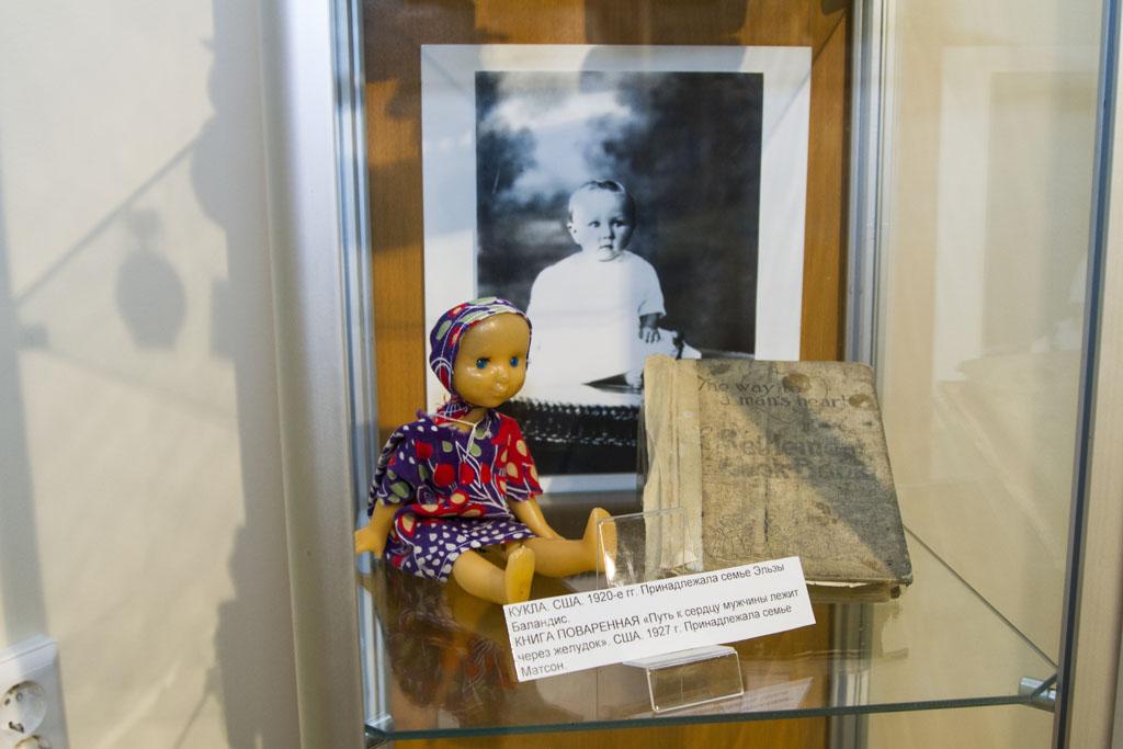 Кукла и кулинарный справочник со страницей, загнутой на рецепте приготовления лимонного пирога