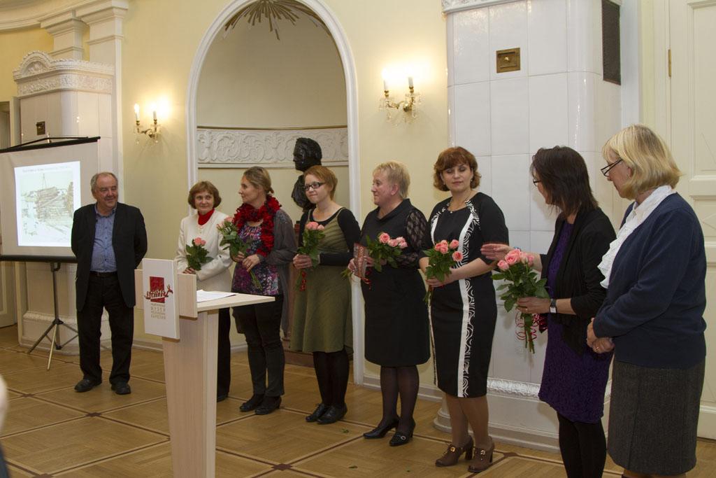 Директор Национального музея Михаил Гольденберг приветствует людей, помогавших организовать выставку