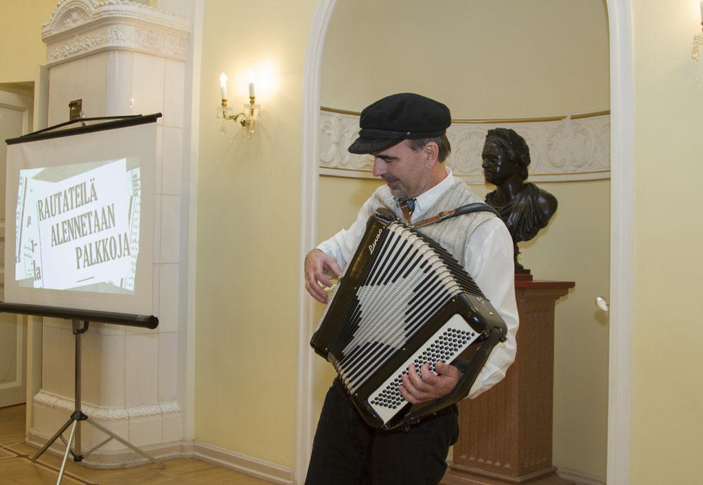 Арто Ринне на открытии выставки спел несколько задорных песен, популярных в то время у финнов