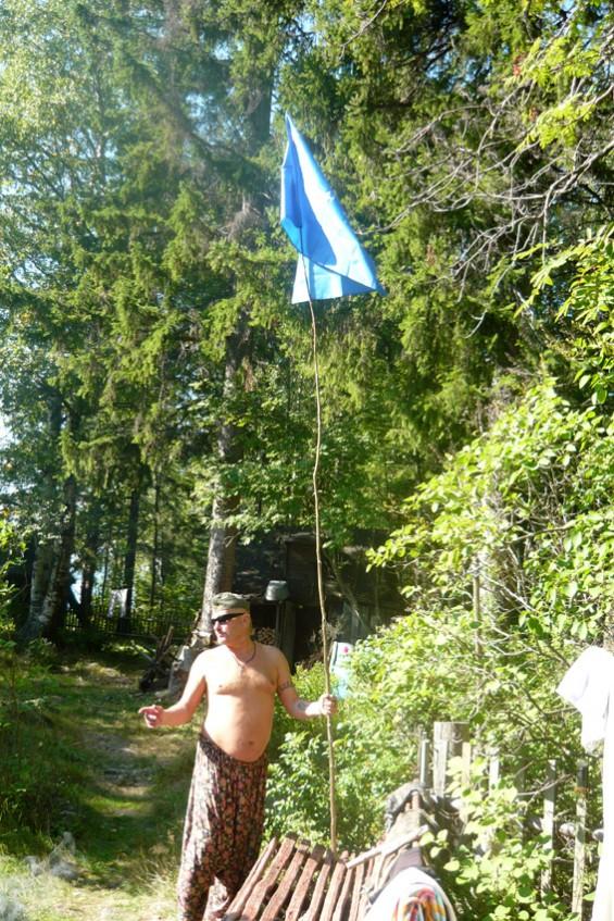 Лидер карельского фолка Лео Севец водружает флаг Otava.