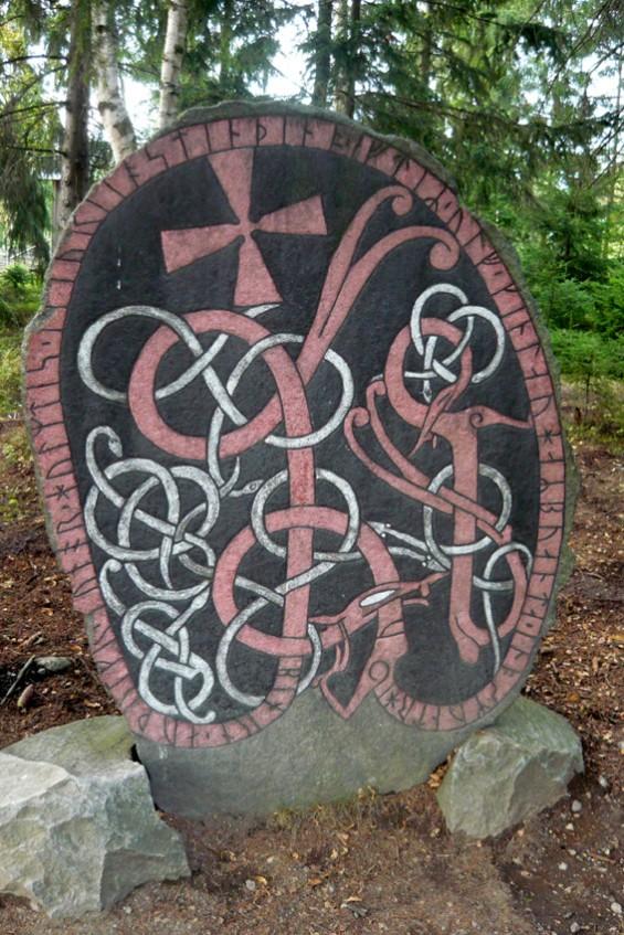 Древний рунический камень (есть подобные и в Кижах, только поменьше…).
