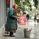Бабушки-торговки в Петрозаводске не редкость. Обычно они кучкуются. Например,  у Центрального рынка. И только самые хитрые, в надежде избежать конкуренции, стоят поодиночке.