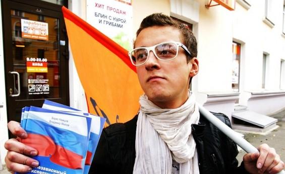 Своим внешним видом Дмитрий мало напоминал политического активиста. Со стороны его скорее можно было принять за человека рекламирующего прохладительные напитки с апельсиновым вкусом или, к примеру, блины.
