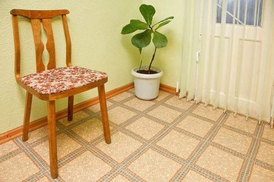 и пальма на полу.