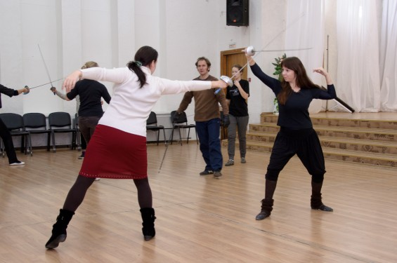 Роман учит фехтованию свою жену и Викторию.