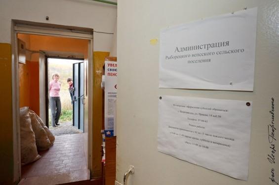 Глава поселения Надежда Шеленкова немного смущается, впуская нас вовнутрь.