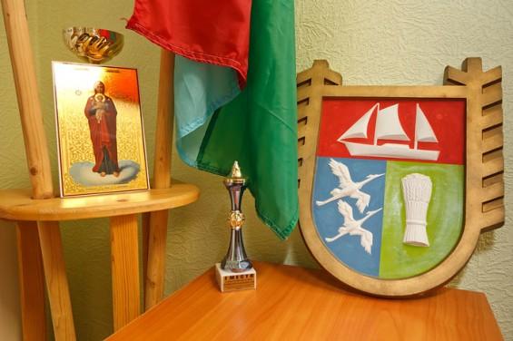 В углу, рядом с флагами, икона Божьей матери – подарок с Валаама. «Я специально ее поставила так, чтобы при входе мне в глаза бросалась. Чтобы вошедший ко мне человек задумался над тем, что он скажет главе», - смеется Людмила Ивановна.