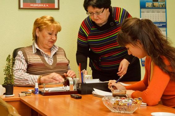 Есть у Людмилы Ивановны и секретарь. Женщина в возрасте, но шустрая. По одному только указанию главы на столе появляются конфеты, потом кофе. С таким обслуживанием отчего бы не работать?