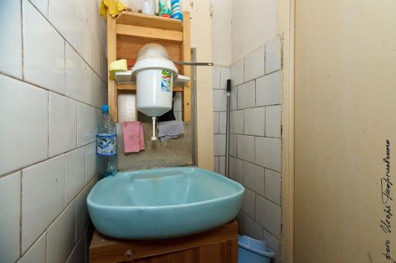 Удобства Главы поселения – это туалет-выгребная яма и сельский рукомойник. По словам Шеленковой, когда идет дождь, запах из туалета разносится по всему зданию администрации, работать становится невозможно.