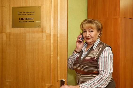 Решительному тону Глытенко невольно веришь. По телефону с директором одного из банков она общается, как с мальчиком, который у нее на побегушках.  На  какую-то его просьбу отвечает по-простому: «Говно вопрос». Кричит и ругается – в голос. Не стесняясь журналистов. Но это как будто никого не смущает – люди к главе ходят вереницами.