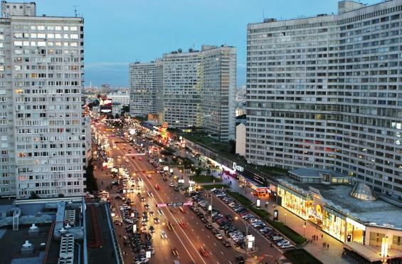 Новый Арбат - направление важное: он ведет от Кремля на знаменитое Рублевское шоссе. Тем не менее, запрет на съемку этой магистрали сразу показался мне странным. Трассу можно запечатлеть, например, проехав по ней на машине. Не говоря уже о том, что на Новом Арбате стоят несколько жилых высоток, из окон которых можно «поливать» камерой хоть круглосуточно. Фото: moscowvision.ru