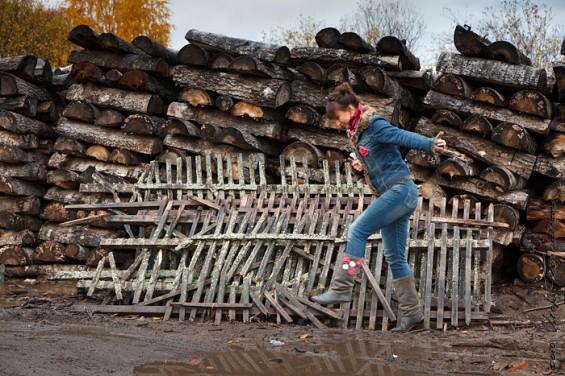 Администрация рыборецкого сельского поселения находится рядом со школой. Добраться до нее не просто: путь преграждают лужи и грязевая каша.