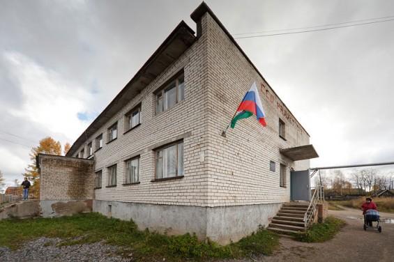 А вот здание администрации находится в старом здании школы. Его, как и в Рыбреке, мы тоже находим исключительно по флагам.