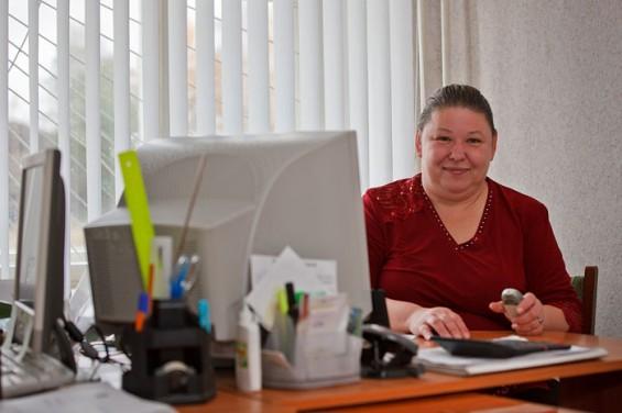 Ирина Заливако - заместитель главы поселения по документам, а глава - по факту. Бывшая глава ушла в отставку - вышла замуж и уехала. По словам Ирины Александровны, она уже не первый раз оказывается в такой ситуации, поэтому стресса не испытала. Доработает до выборов, а там будет видно.