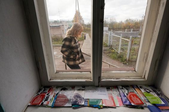 При входе в кабинет главы в глаза бросаются брошюры на обшарпанном подоконнике. Больше их положить некуда – лишней мебели нет.