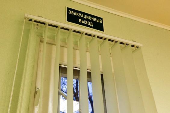 На рабочие условия Глытенко не жалуется. Здесь у нее и эвакуационный выход  на балконе...