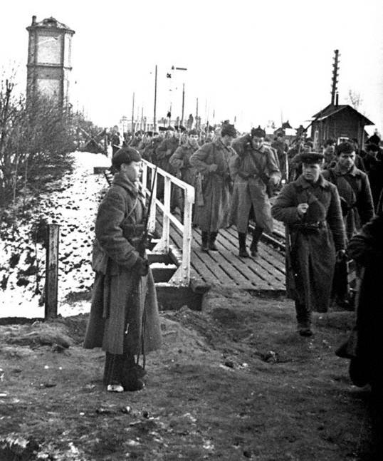 Части Красной Армии переходят по мосту на территорию Финляндии, 1939 г. (http://www.perspektivy.info)
