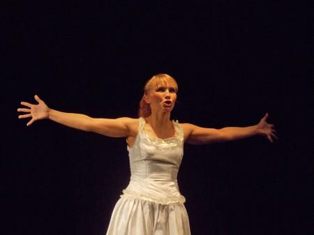 Ольга Портретова ставит искреннюю точку в спектакле. Но уже поздно