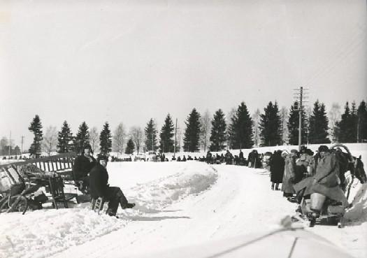 Эвакуированные из финской Карелии собираются Западной Финляндии, после того, как их дома были переданы в Советский Союз в 1940 году. (http://commons.wikimedia.org/wiki/File:Evacuees_from_East-Finland.jpg#globalusage)