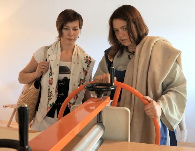 Оксана Учень и Екатерина Кулиева, коллеги из галереи Кронида Гоголева (Сортавала)