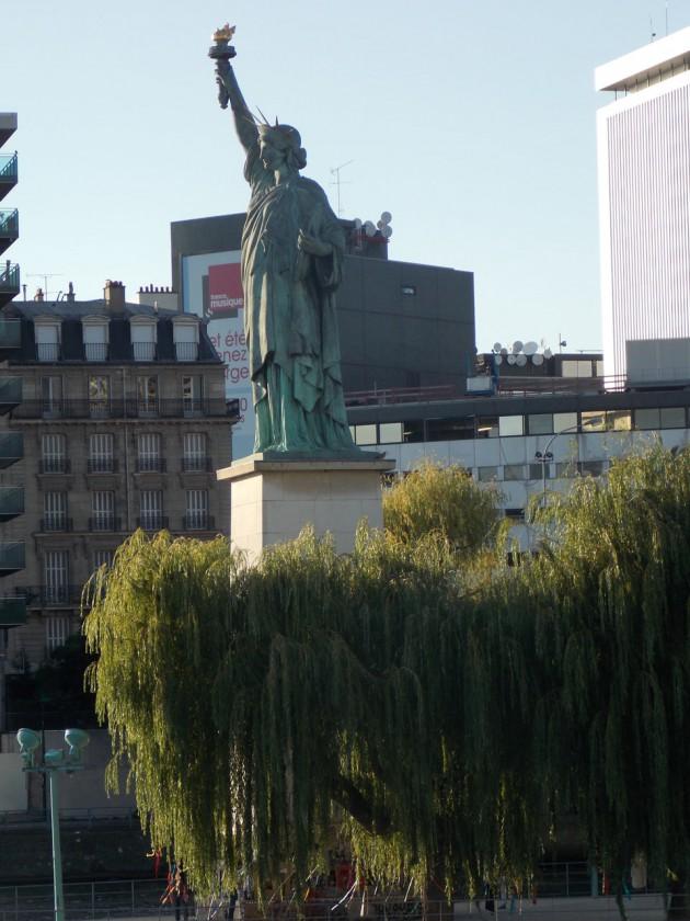 Статуя Свободы – она родом из Франции. Это здесь оригинал, а  в Америке – копия.