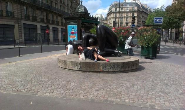 Даже памятник большой лежащей женщине мне был намеком: ложись, русская толстушка, отдохни, хватит фотографировать башню. Это скучно