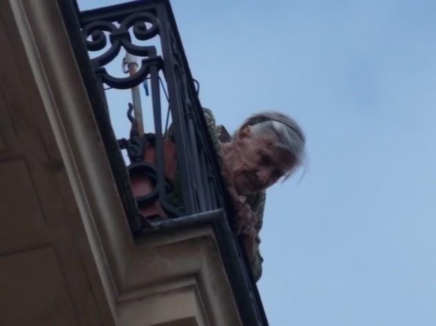 Бабуля с верхних этажей следит за спасательной операцией