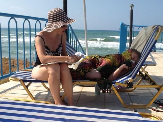 Лежаки возле бассейна бесплатные, а у моря они будут стоить вам от 3 до 6 евро в день.