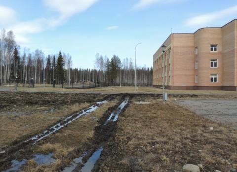 Пьяный тракторист протаранил университетский забор в Петрозаводске. ФОТО