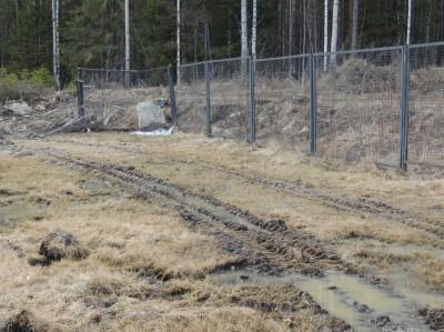 Пьяный тракторист пробил забор университетского городка. Фото: Владимир Романов
